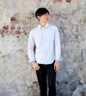 ボタンダウンシャツ×黒のスキニーパンツ