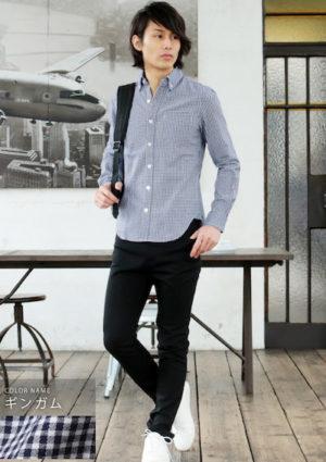 ギンガムチェック柄のボタンダウンシャツ×白のスニーカー