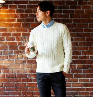 白のケーブル編みニット×サックスブルーのシャツ