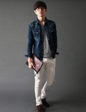 グレーのデニムジャケット×ボーターのTシャツ