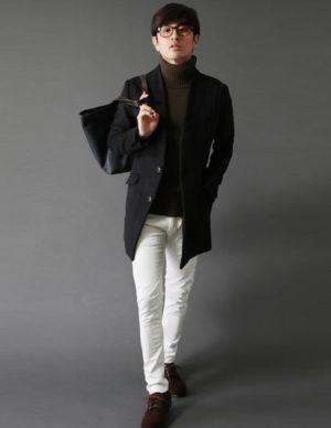 黒のチェスターコート×白のストレートパンツ