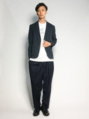 テーラードジャケット×黒のワイドパンツ