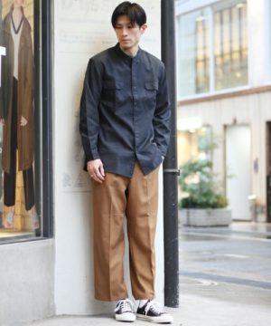 ネイビーのノーカラーシャツ×ブラウンのワイドパンツ