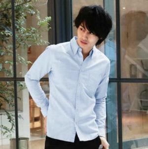 サックスブルーのシャツ×黒のチノパン