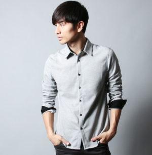 ストライプ柄のシャツ×グレーのスラックス