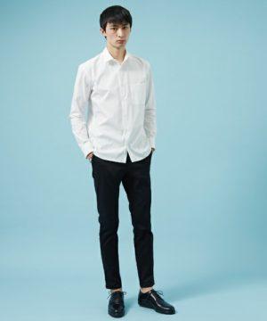 白のメンズシャツ×黒のスキニーパンツ