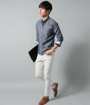 ライトブルーのシャツ×白のスリムパンツ