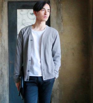 ライトグレーのカーディガン×白のUネックTシャツ