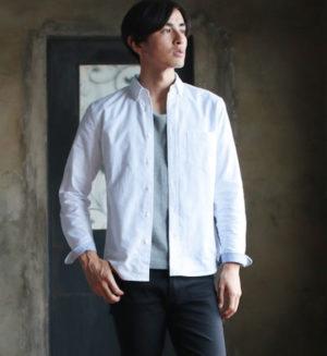 白のオックスフォードシャツ×グレーの無地Tシャツ
