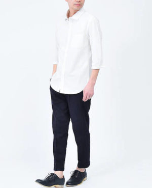 白のオックスフォードシャツ×アンクルパンツ