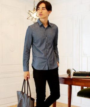 ネイビーのシャツ×黒のレザートートバッグ