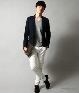 黒のテーラードジャケット×白のスキニーパンツ