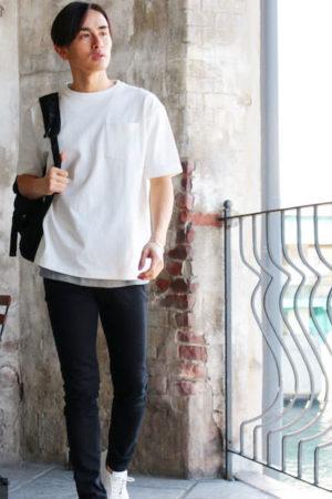 白のビッグシルエットTシャツ×黒のスキニーパンツ