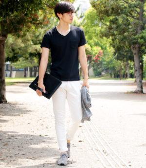 黒の無地VネックTシャツ×白のスキニーパンツ