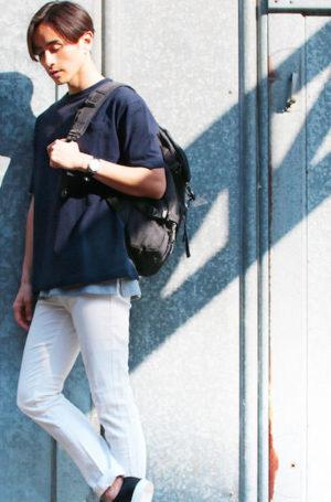 ネイビーの無地Tシャツ×白のスキニーパンツ