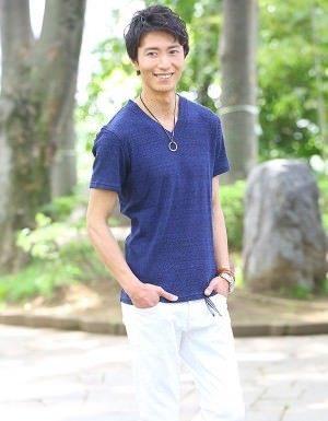 青のTシャツ×白のクロップドパンツ