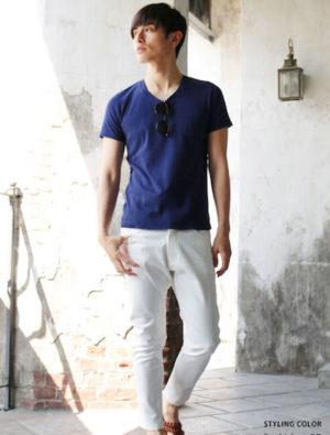 青VネックTシャツ×白のスキニーパンツ