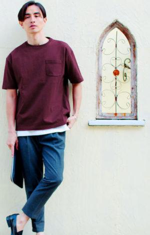 ワインレッドのTシャツ×グレーのアンクルスラックス