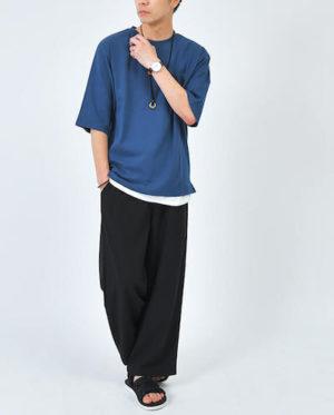 青のクルーネックTシャツ×黒のワイドパンツ