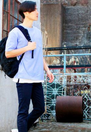 サックスブルーのTシャツ×黒のバックパック
