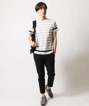 白のボーダーTシャツ×黒のアンクルパンツ