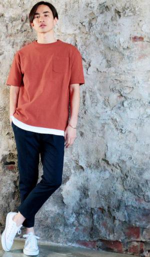 テラコッタのビッグTシャツ×黒のアンクルスキニーパンツ