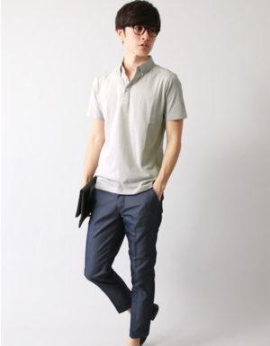 白のポロシャツ×ネイビーのアンクルパンツ