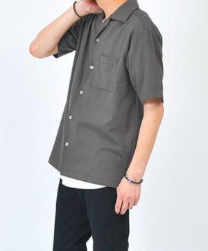 グレーのオープンカラーシャツ×黒のレザーブレスレット