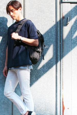 ネイビーのルーズTシャツ×白のスキニーパンツ