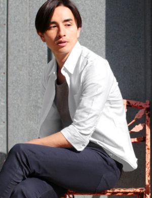白の麻シャツ 大人コーデ