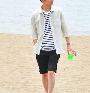 白のリネンシャツ×ハーフパンツ
