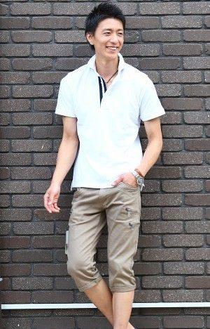 白のポロシャツ×ベージュのクロップドパンツ