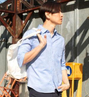 ライトブルーのシャツ×白のキャンバストートバッグ