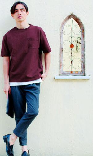 ワインレッドのTシャツ×グレーのスラックス