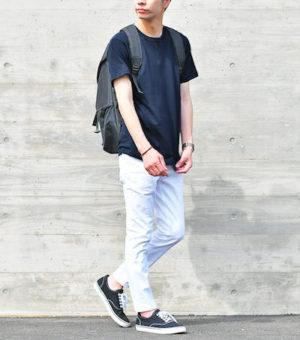 ネイビーのTシャツ×白のアンクルパンツ