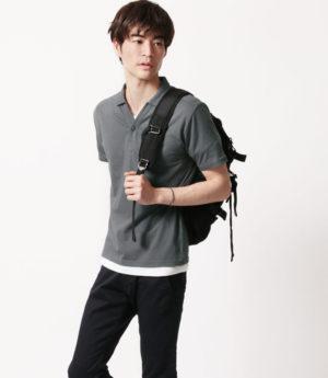 グレーのTシャツ×黒のスキニーパンツ