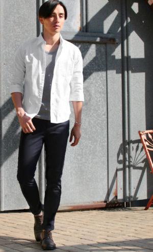 白のリネンシャツ 黒のアンクルパンツ