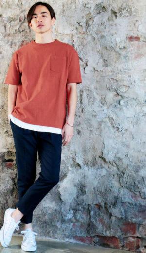 オレンジのTシャツ×黒のアンクルパンツ