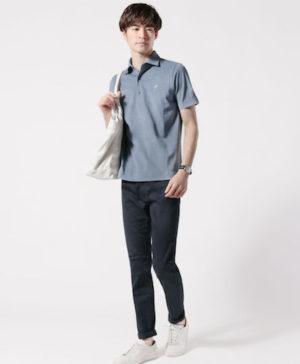 ブルーのポロシャツ×黒のアンクルパンツ
