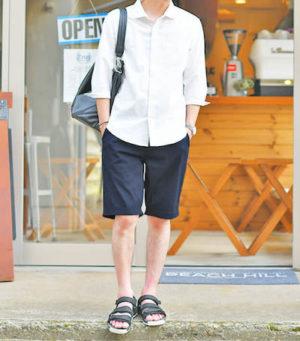 白のリネンシャツ×ネイビーのハーフパンツ