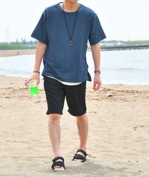 青のTシャツ×黒のハーフパンツ