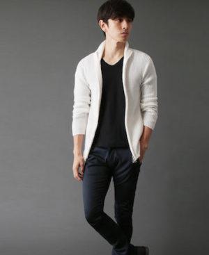 白のニット×黒のTシャツ