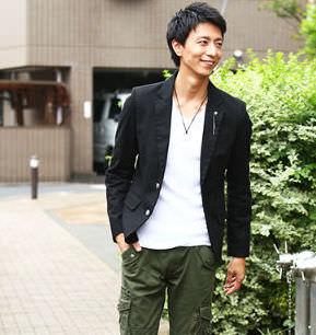 黒のテーラードジャケット×白の無地Tシャツ