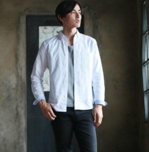 白のシャツ 秋
