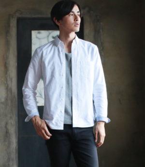 白のオックスフォードシャツ