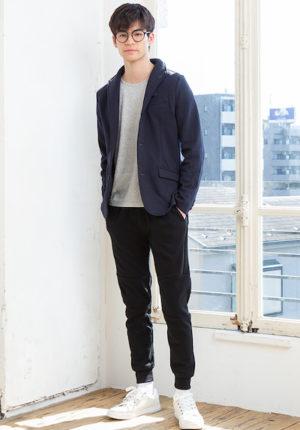 ネイビーのジャケットとグレーのTシャツ