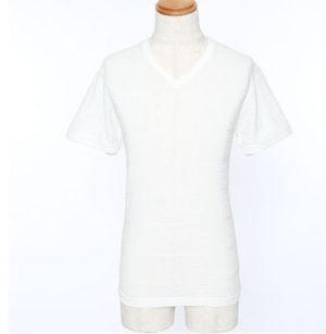 VネックのピチピチTシャツ