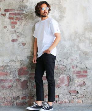 白の無地Tシャツ×黒のスキニーパンツ