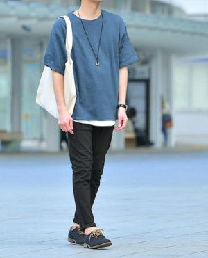 サックスブルーのTシャツ×黒のリネンパンツ
