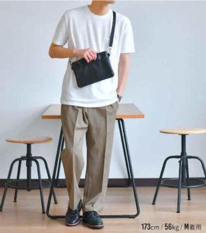 白Tシャツ×ベージュのワイドパンツ